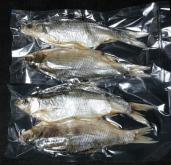 Вакуумная упаковка вяленой рыбы по 2 шт. в вакуумные пакеты.