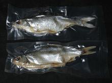 Вакуумная упаковка вяленой рыбы по 1 шт. в вакуумные пакеты.